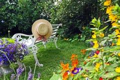Jardim do verão de Peacuful com um chapéu Fotografia de Stock