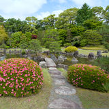 Jardim do zen com ponte, plantas, rochas e lagoa Foto de Stock Royalty Free