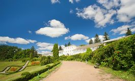 Jardim e a casa grande Foto de Stock Royalty Free