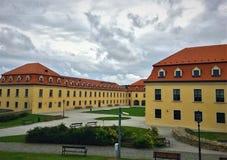 Jardim e construção bonitos em Bratislava, Eslováquia imagens de stock