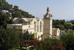 Jardim e igreja - Capri fotografia de stock