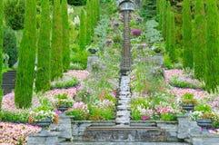 Jardim e outras plantas, uma escadaria e uma cachoeira imagem de stock