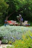 Jardim embebido sol do país com banco Fotos de Stock Royalty Free