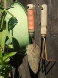 Jardim: ferramentas da mão na parede derramada Imagem de Stock