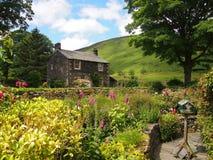 Jardim inglês típico no distrito do lago, Reino Unido da casa de campo Fotos de Stock