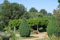 Jardim inglês tradicional com mandril fotos de stock royalty free