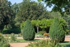 Jardim inglês tradicional com mandril e árvores fotografia de stock