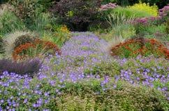 Jardim inglês tradicional com perennials fotos de stock royalty free