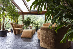 Jardim interior bonito com mobília confortável Imagem de Stock