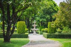 Jardim italiano com uma fonte Foto de Stock Royalty Free