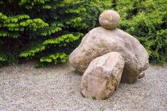 Jardim japonês da pedra do zen Ajardine o parque verde com as pedras no estilo asiático Fotos de Stock Royalty Free