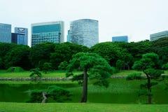 Jardim japonês no fundo de construções modernas Jardins de Hamarikyu imagem de stock royalty free