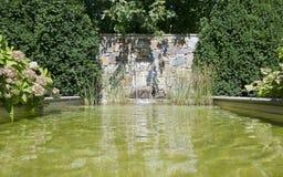 Jardim-lagoa com cachoeira Foto de Stock Royalty Free