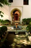 Jardim luxuoso, verdejante do pátio e associação no palácio medieval do arabesque foto de stock royalty free