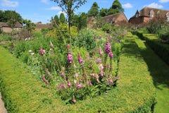 Jardim maravilhoso e nas casas de campo da distância no verão bonito fotos de stock royalty free