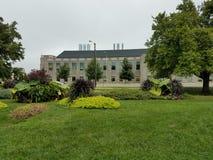 Jardim moderno e gramados verdes imagens de stock royalty free