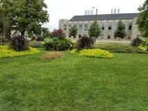 Jardim moderno e gramados verdes fotos de stock royalty free