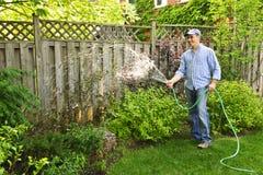 Jardim molhando do homem Imagem de Stock Royalty Free