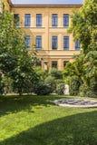 Jardim na construção velha fotografia de stock royalty free