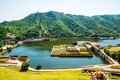 Jardim no lago Maota, Amber Fort, Jaipur, Índia Fotos de Stock Royalty Free