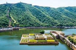 Jardim no lago Maota, Amber Fort, Jaipur, Índia Fotografia de Stock Royalty Free
