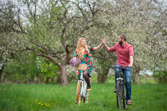 Jardim novo loving das bicicletas da equitação dos pares na primavera Fotografia de Stock