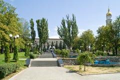 Jardim público com uma fonte Imagens de Stock