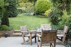 Jardim suburbano com pátio imagem de stock royalty free
