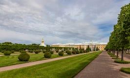Jardim superior de Petrodvorets e do grande palácio de Peterhof Rússia fotos de stock royalty free