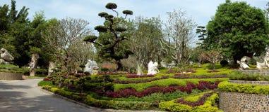 Jardim tópico com pedras brancas. Panorâmico Fotos de Stock