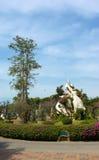 Jardim tropical bonito com pedras brancas Imagem de Stock Royalty Free