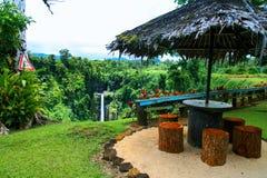 Jardim tropical colorido do paraíso em Oceania, wi de madeira do abrigo imagens de stock
