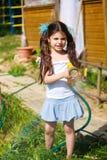 Jardim vegetal molhando da menina Foto de Stock