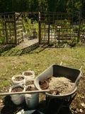 Jardim vegetal orgânico: carrinho de mão de mistura do solo Imagem de Stock