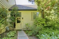 Jardim verde do pátio traseiro com a passagem da telha do tijolo imagens de stock royalty free