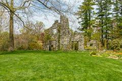 Jardim verde luxúria com estrutura de pedra imagem de stock royalty free