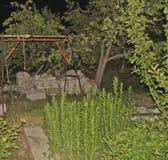Jardim verde, uma rocha, flores, as árvores, madeira, reparos fotos de stock