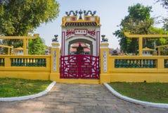Jardim vermelho da porta em Lang Ong Pagoda Foto de Stock