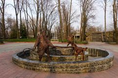 Jardim zoológico de Kiev Fonte com os heróis do conto de fadas a chave dourada ou as aventuras de Pinocchio fotos de stock royalty free