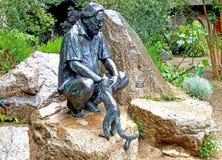 Jardim zoológico do jérsei - estátua de Gerald Durrell na entrada ao antigo parque dos animais selvagens de Durrell Imagem de Stock