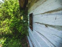 Jardin à une maison en bois photographie stock