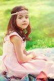 Jardin élégant adorable de fille d'enfant au printemps photos stock