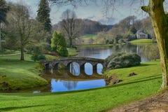 Jardin anglais de maison de campagne chez Stourhead Photographie stock libre de droits