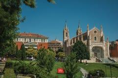 Jardin avec des arbres et pelouse devant la cathédrale à Madrid images libres de droits