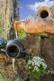Jardin avec des fleurs et des pots de l'eau images stock