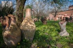 Jardin avec des vases à terre cuite dans l'exposition Photographie stock libre de droits
