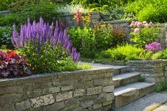 Jardin avec l'aménagement en pierre