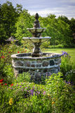 Jardin avec la fontaine Photos libres de droits