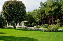 Jardin avec le lac et les statues Photo stock