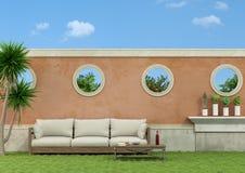 Jardin avec le sofa Photographie stock